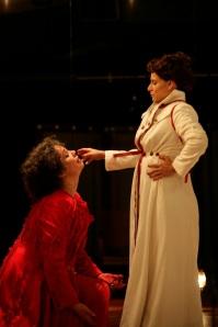Maria Stuart (Isabel Teixeira) e Elizabeth I (Georgette Fadel) duelam em peça